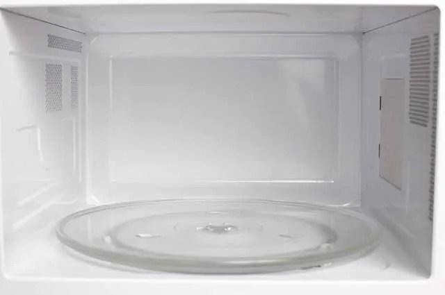 Um dos itens que não deve passar despercebido durante a limpeza do aparelho é o prato removível