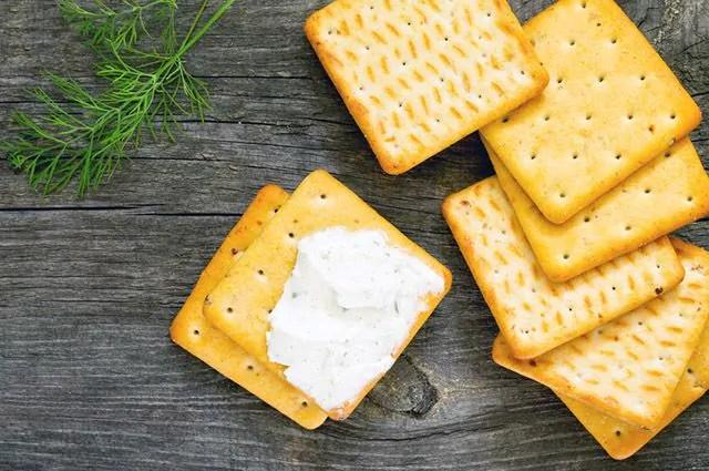 A bolacha, salgada ou frita, é um dos alimentos que causam espinhas