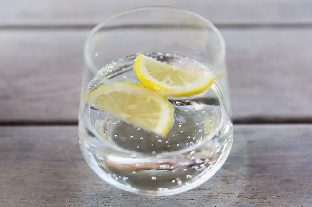 A água com limão purifica o organismo e tem efeito diurético