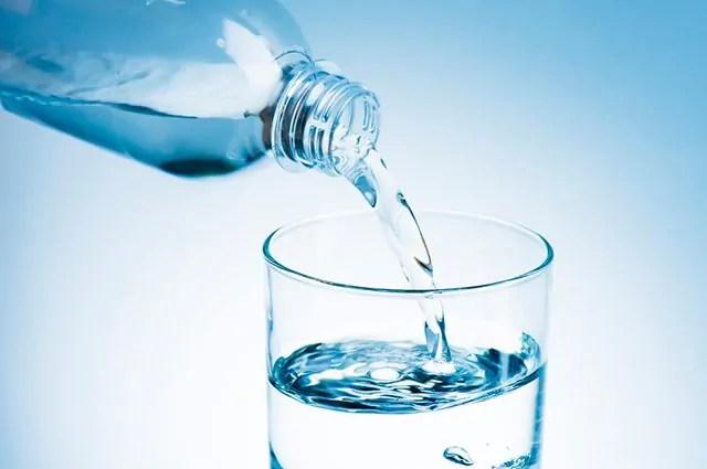 A água é um dos remédios caseiros para tratar disúria