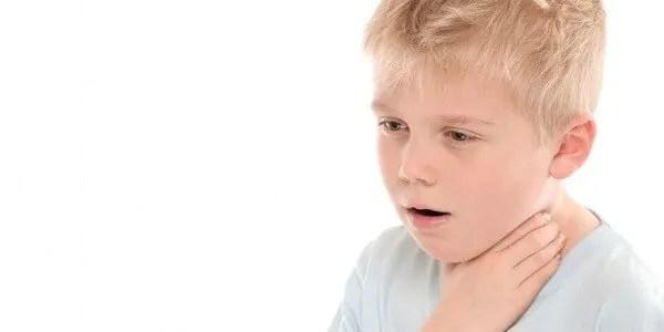 O que é e como lidar com o engasgo nas crianças