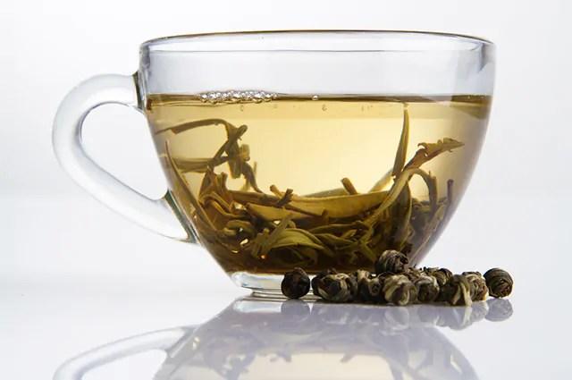 O chá branco é um dos chás que queimam calorias