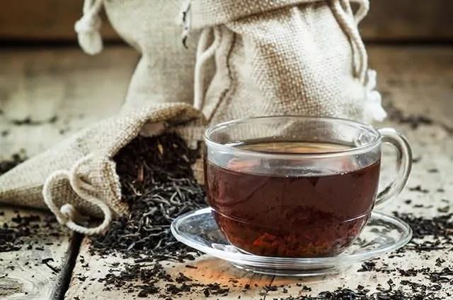 O chá preto é um dos chás que queimam calorias