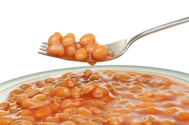 O feijão, por ser rico em carboidratos, se consumido em excesso, pode engordar