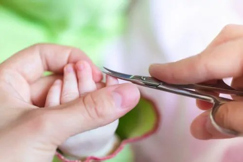 mae-cortando-a-unha-do-bebe Como cortar as unhas das crianças: 4 truques para ajudar você!
