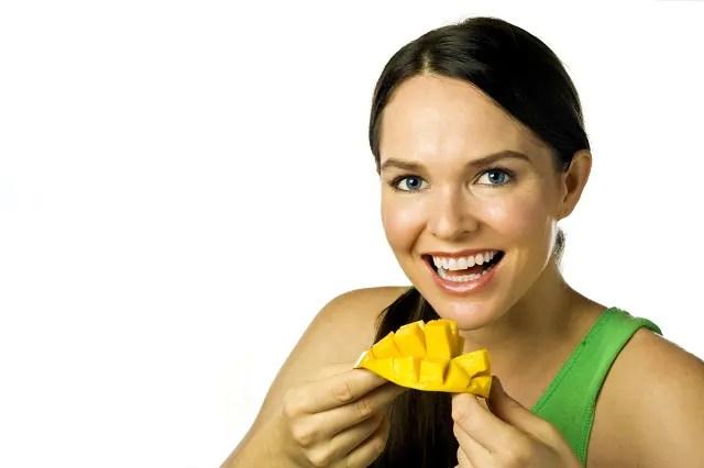 comer-manga-diariamente-e-benefico-ao-organismo Dermatologista revela os alimentos que ajudam na proteção contra o sol