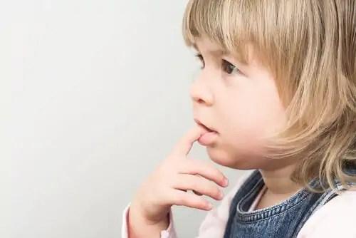 Por que as crianças tem o hábito de roer as unhas?