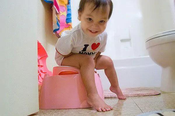 como-ensinar-as-criancas-a-usar-o-banheiro-e-deixar-a-fralda As crianças estão com medo de fazer cocô