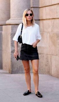 street-style-look-camiseta-branca-saia-jeans-mule-preta