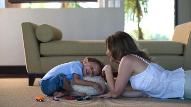 Madre e hijo jugando juntos.©GTRESONLINE