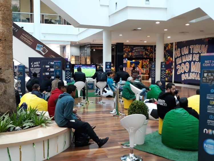 Clima de Copa do Mundo invade o Shopping Crystal, em Curitiba
