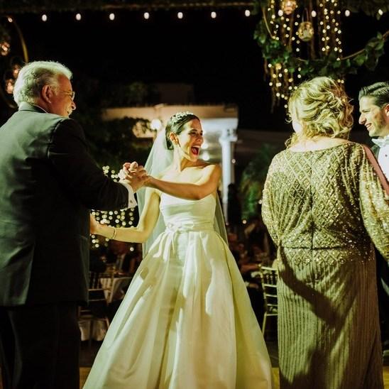 baile con los papás de los novios en boda intima coronaboda