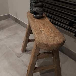 Stoer ovaal oud doorleefd houten bankje
