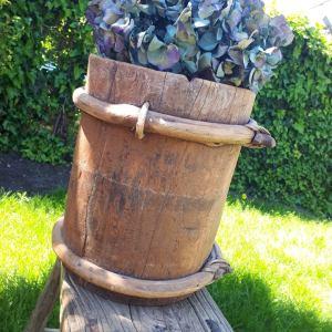 Hoge houten emmer