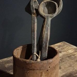Oude houten donkerkleurige lepels