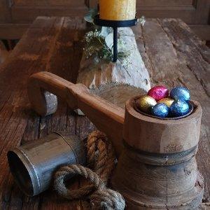 Kandelaar met handvat gevuld met paaseieren bij Benard's Woonaccessoires