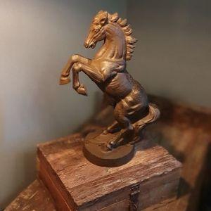 Steigerend paard op voetstuk - Bij Benard's Woonaccessoires