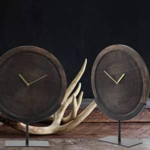 Ornament klok op voet- zo blijf je op een sfeervolle manier bij de tijd.