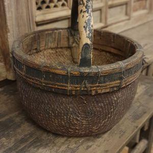 Een oude authentieke & unieke nog originele mand met handvat voor in een landelijk interieur haal je bij Benard's Woonaccessoires