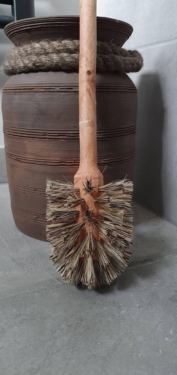 Houten toiletborstel voor kleinste landelijk ingerichte kamertje by Benard's Woonaccessoires