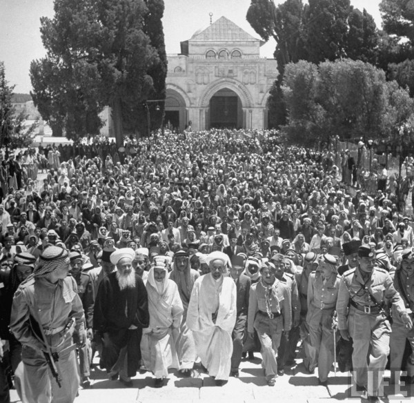 King Abdullah (C) and his party climbing the steps of the Dome of the Rock