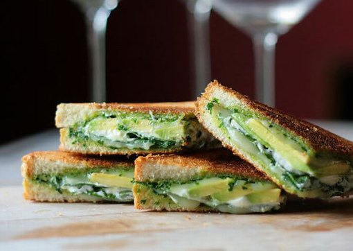Sandwich verde con queso de cabra y pistachos
