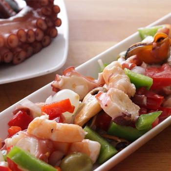 Hoja de lombarda con salpicón de marisco y vinagreta lima-limón