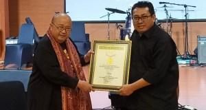 Ketua Umum SMSI Pusat, Firdaus menerima rekor MURI dari Jaya Suprana