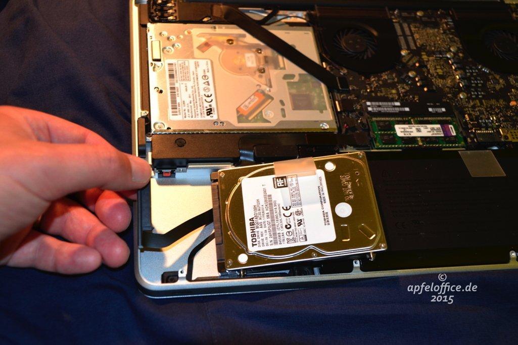 Daten- und Stromkabel-Verbindungd er Festplatte im Macbook Pro vorsichtig abziehen