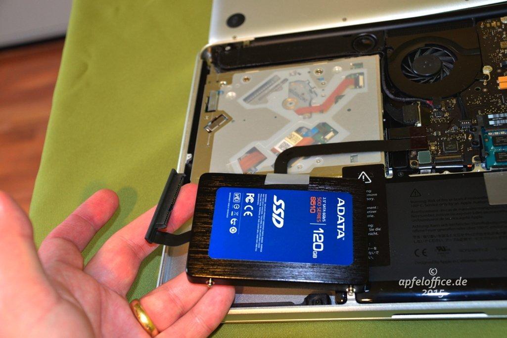 Daten- / Stromkabel-Anschluss an der SSD im Macbook Pro anbringen