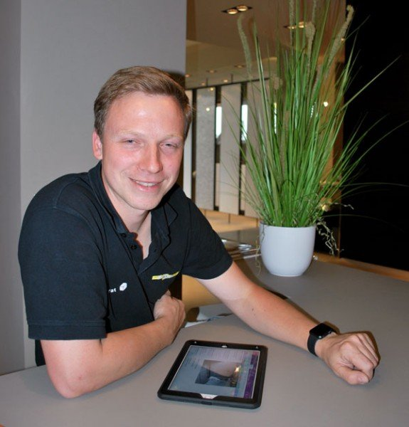 Herr Messerschmidt im Showroom mit iPad & Apple Watch