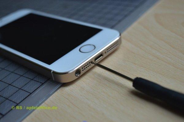 iPhone Gehäuse schließen: Zwei Schrauben neben dem Lightning- bzw. Dock-Anschluss wieder eindrehen