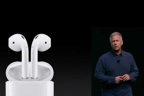 Phil Schiller stellt die neuen AirPods Headsets für das iPhone 7 vor. Quelle: Apple.com