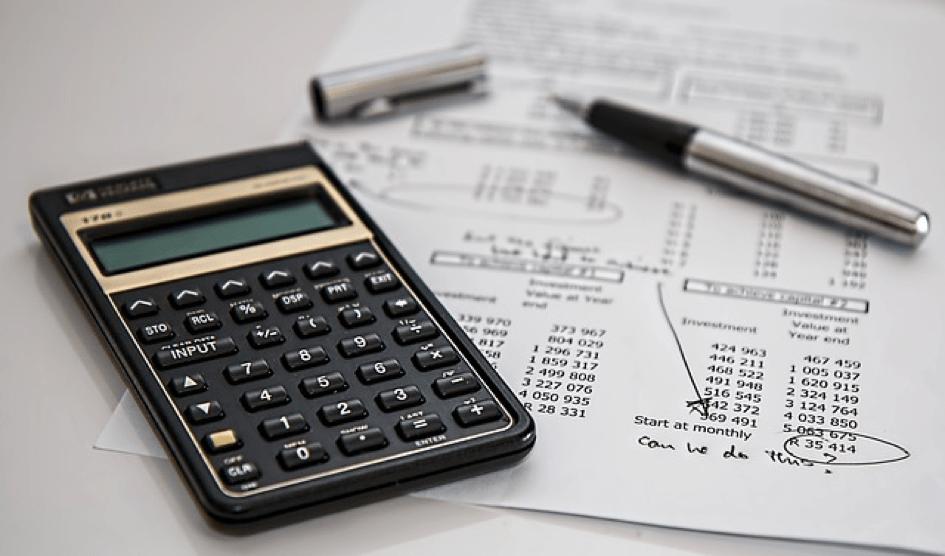 Belegprinzip – Bild zeigt Taschenrechner und Papier mit Zahlenkolonnen – Thema Buchhaltung am Mac