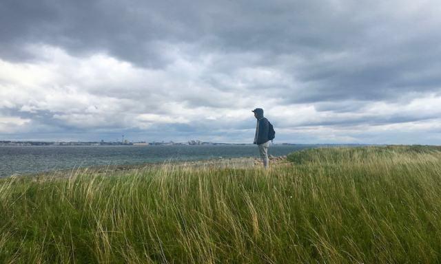 Ein Mann blickt über die Øresund nach Schweden