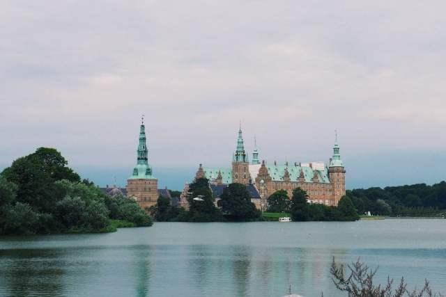 Das Renaissanceschloss Frederiksborg am Schlossee in Hillerød