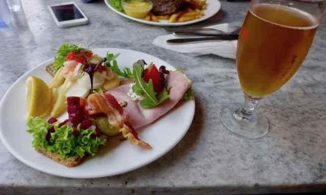 Smørrebrod und dänisches Bier