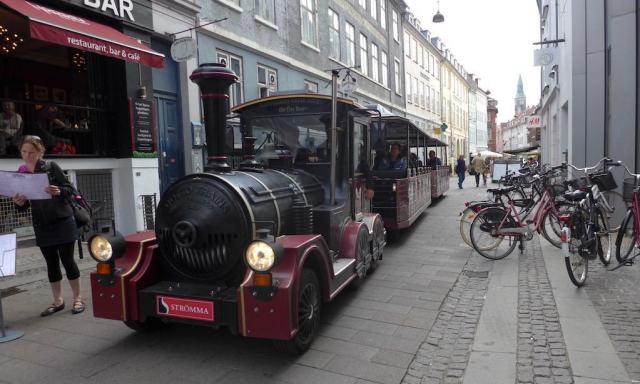 Bummelzug in der Fußgängerzone Kopenhagens