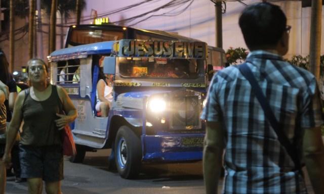 Ein knallbuntes Jeepney abends in den Straßen Manilas! Oben steht Jesus Five drauf