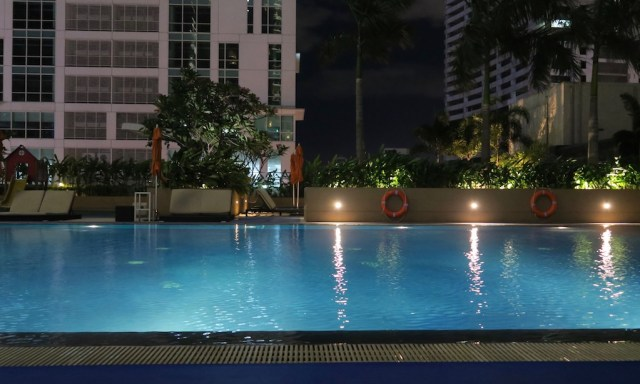 Der beleuchtete Pool des Novotels in Manila