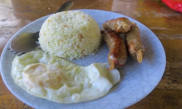Ein Teller mit philippinischen Frühstück: Knoblauchreis, Spiegelei und Wurst