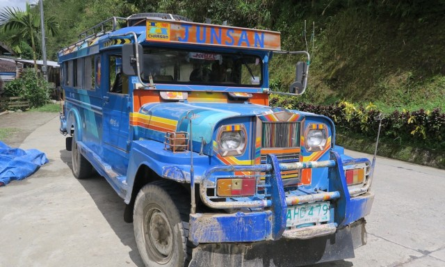 Ein blaue buntes Jeepney in Banaue