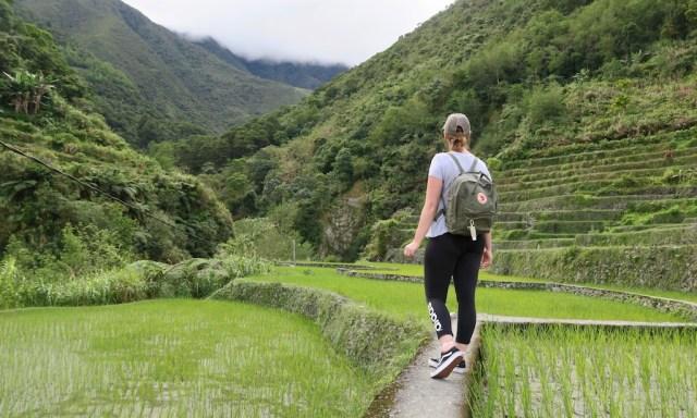 Eine sportliche Frau am trekken durch die Reisterrassen von Hapao