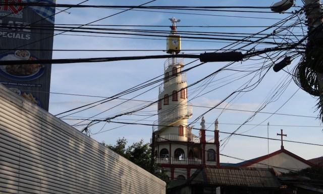 Weiße Kirchturm mit Wendeltreppe außen in Cebu City