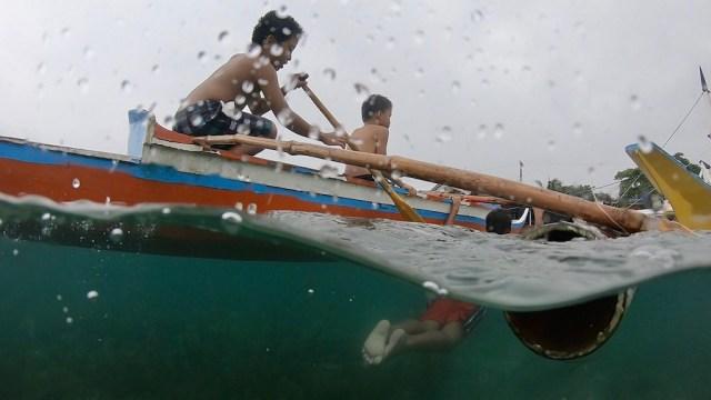 3 Kinder im Bangka am Panagsama Beach aufgenommen mit einer DOME für die Go Pro an einem Rainy Day am Panagsama