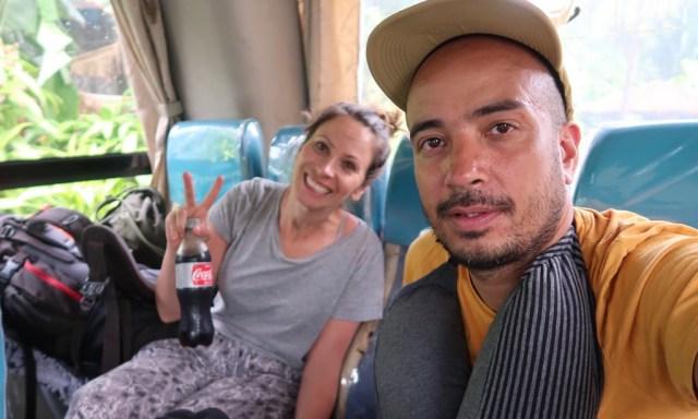 Die Maus und Bendja ganz hinten in einem Ceres Bus machen ein Selfie