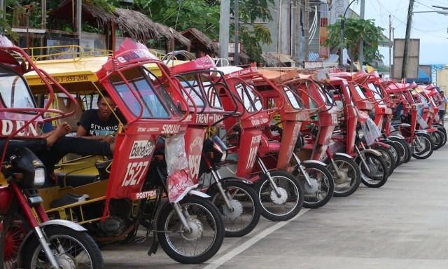 Wartenden rote Tricycles in Reihe und Glied in Siguijor