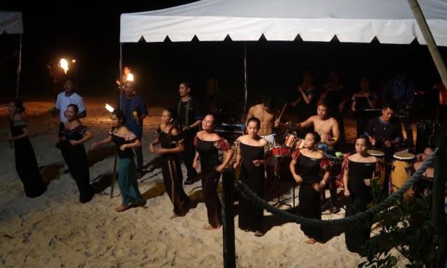 Die Angestellten des Coco Grove Resort Performern die Siquijor Hymne am Strand beim BBQ Dinner