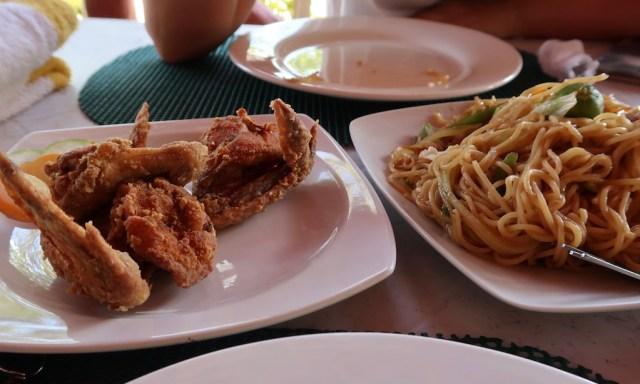 Crispy Chicken & Pancit am Restaurant des Salagdoong Beaches
