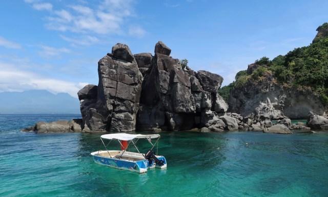 Apo Island Felsen, Boot und türkises Wasser